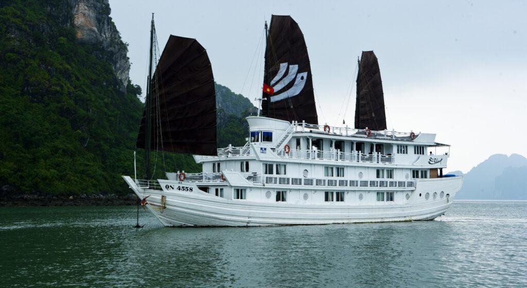 tàu thăm vịnh hạ long