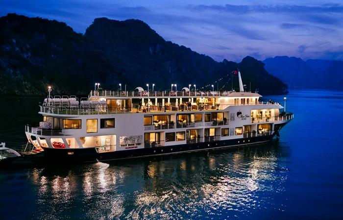 Một du thuyền nghỉ đêm trên Vịnh