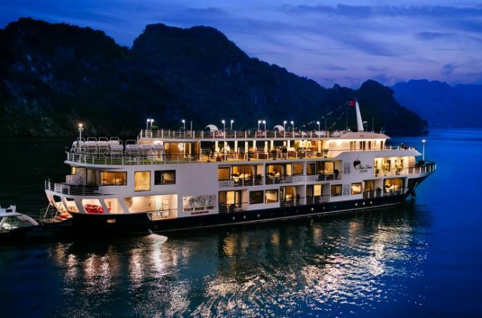 Một du thuyền đêm đi thăm đảo Ti Tốp