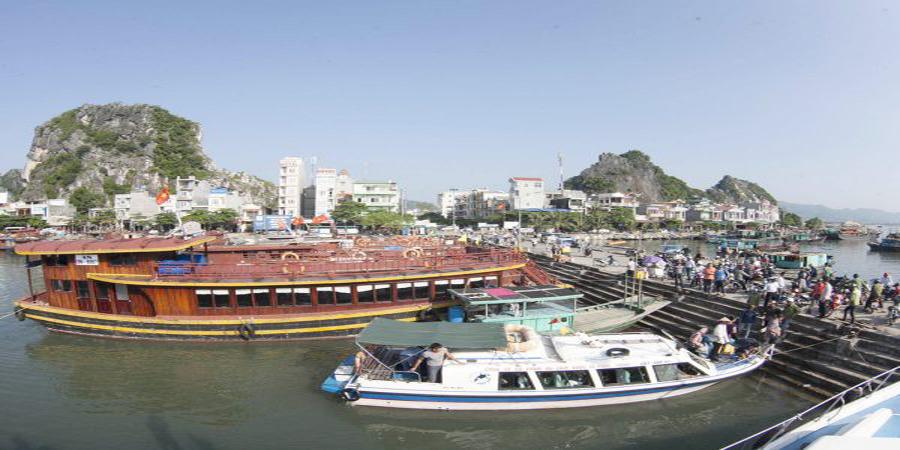 Tàu gỗ tại Cảng Cái Rồng đi Cô To