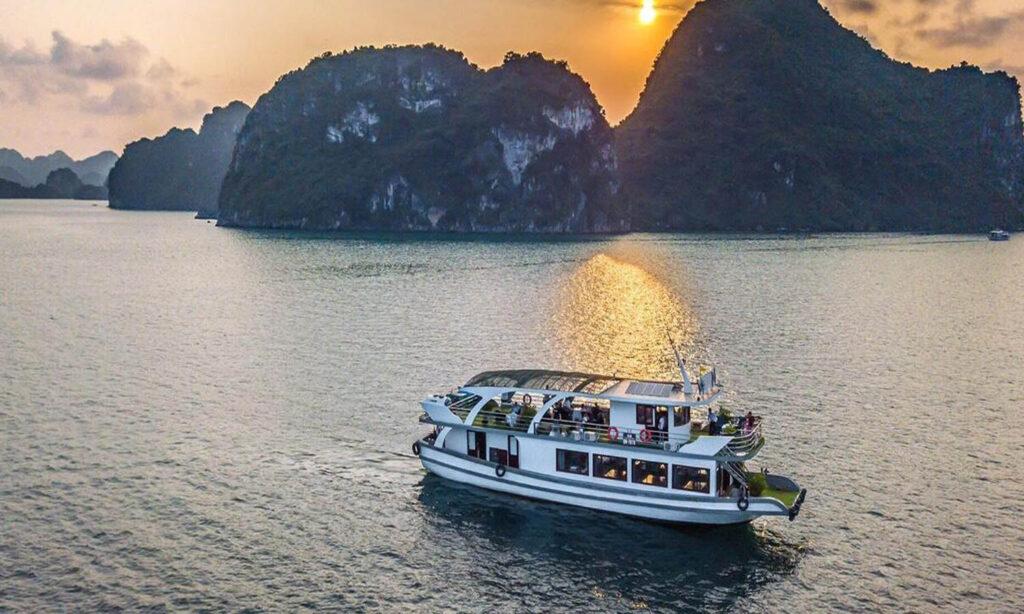 tàu VIP thăm vịnh Hạ Long